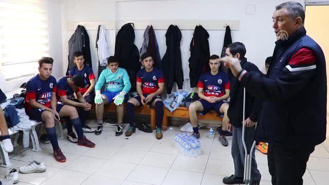 Engeli Nedeniyle Oynayamadığı Futbola Gençleri Kazandırıyor