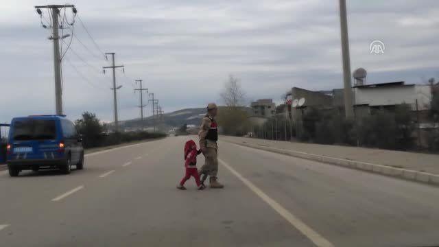 Jandarmanın Refüjde Oynayan Çocuk Hassasiyeti