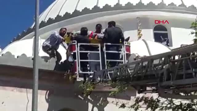 Osmaniye Cami Kubbesinden Düşen İşçi Yaralandı