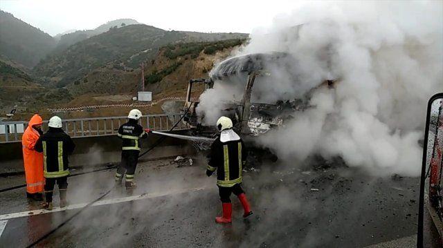 Tıra Çarpan Otomobil Alev Aldı : 2 Yaralı